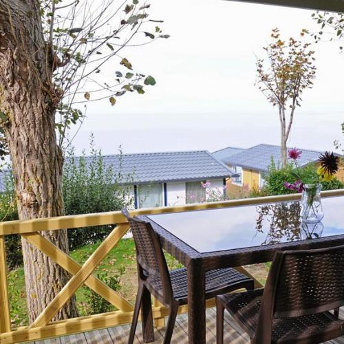 hebergement_terrasse_chalet5_apres2012_camping_de_la_plage_houlgate